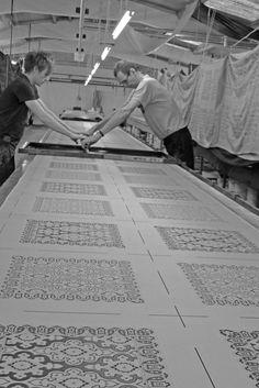 Hand screen printing a silk pocket square. Style Anglais, Factories, Silk Screen Printing, Pocket Square, Artisan, England, Tie, Creative, Prints