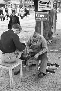 Schuhputzer, Köln (1948) Cologne Germany, History, Couple Photos, Places, Shoe Cleaner, Post War Era, Historical Photos, Vintage Photos, Remember This