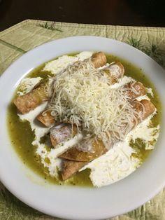 Flautas de Pollo ahogadas en salsa verde con crema y queso