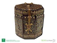 Nueva adquisición: caja octogonal de taracea. Diseño geométrico en diversas maderas teñidas en azul y verde. Finales siglo XV, Nazarí.