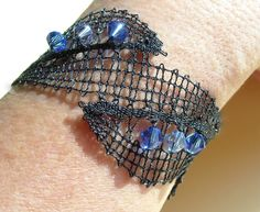 2016 - Idria-Armband mit Swarovski-Perlen blau - Nahaufnahme - Entwurf von Irma Pervanja, Slowenien
