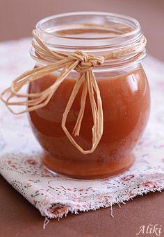 Karamel přeliv 200 g. cukr 2 lžíce vody 250 ml. plnotučné mléko smetana 20 g. máslo špetka soli