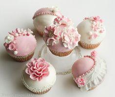 Marian pieni leipomo: Pink and white cupcakes
