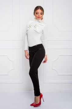 Elegantné nohavice mrkvového a bedrového strihu v páse s čiernym saténovým lemovaním , zapínanie na zips v zadnej časti.Vhodné na bežné nosenie či spoločenskú udalosť.
