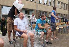 Het KA van Halle stuntte met een Ice Bucket Challenge rij van 30 leerkrachten, leerlingen en oud-leerlingen