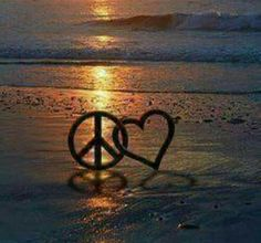 Peace and Love.on the Beach. Just imagine. Art Hippie, Hippie Peace, Happy Hippie, Hippie Love, Hippie Style, Peace Love Happiness, Peace And Love, Peace Sign Art, Give Peace A Chance