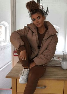 Look street-chic in our NEW Beige Padded Quilted High Collar Crop Puffer Jacket. Chill Outfits, Casual Winter Outfits, Trendy Outfits, Cute Outfits, Fashion Outfits, Jackets Fashion, Look Fashion, Winter Fashion, College Outfits