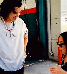 WHY IS THIS SO CUTE? HARRY YOU NEED TO CALM HER