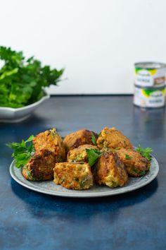 Vegetarfrikadeller med quinoa, persille og feta. Opskrift på grøntsagsdeller Always Hungry, Quinoa, Bolognese, Tandoori Chicken, Feta, Veggies, Yummy Food, Snacks, Ethnic Recipes