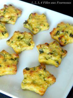 Bouchées de courgettes & mozzarella- 3 petits carbassó - 1 ceba - 1 bola de mozzarella - 2 ous - 40 g de formatge parmesà ratllat - 2 cullerades. cullerades de sèmola o pa fi - 2 cullerades. cullerades d'oli d'oliva