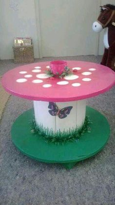 Lovely little Table made out of an old Cable reel. Lovely little Table made out of an old Cable reel. Wooden Spool Tables, Cable Spool Tables, Wood Spool, Wood Table, Wooden Cable Reel, Wooden Cable Spools, Wood Crafts, Kids Crafts, Diy And Crafts