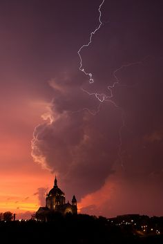 Lightning over St. Paul's Cathedral, Minnesota, US. By Henrik Johansson.