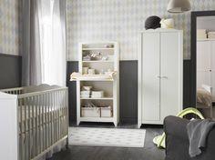 Ein Kinderzimmer mit HENSVIK Wickeltisch/Schrank in Weiß mit weißem Babybett und Kleiderschrank