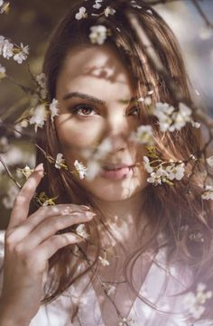 51 trendy ideas for photography poses women glamour senior girls Portrait Photography Poses, Photography Poses Women, Spring Photography, Tumblr Photography, Glamour Photography, Amazing Photography, Photography Tips, Photography Flowers, Creative Photography