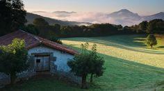 """Segundo premio: """"Amanece en Aldatz"""" fotografía realizada por Koldo Andoni Llano de Ortuella.  - Concurso Fotográfico de la Federación de Turismo Rural de Navarra"""