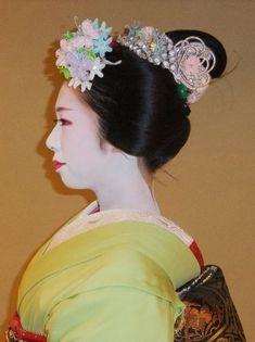 2011年07月18日 七月の舞妓衣装(ふく紘) Shigemori blog Gion Matsuri Katsuyama kanzashi.