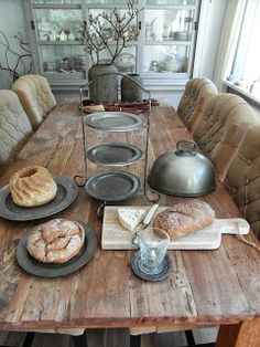 This is the table for the double date between the characters, it is perfect because it is nice, without being too fancy, so that a hipster and new gangster (Basil) can both not look out of place at it.