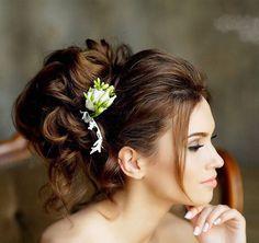 Живые цветы всегда добавляют образу законченности и легкости Макияж и причёска @geller_makeupstyle для @archstyle_ Фото: @fotomelnikovanatalia Цветы в волосы, букет невесты: @fleur_de_vanille_  #украшениевприческу #свадебныйобраз #цветывволосах #цветывволосы #заколкасцветами #заколкаизцветов #образневесты2016 #образневесты