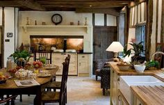 This English cottage style kitchen goes with wooden furniture and traditional de. - This English cottage style kitchen goes with wooden furniture and traditional decorations that look - English Country Kitchens, English Cottage Style, French Country, English Cottages, Kitchen Country, English Country Houses, English Country Decor, English House, English Cottage Decorating