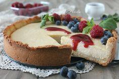 Kasekuchen, la cheesecake tedesca. Dolce di formaggio su una base di pasta frolla e una dolce coulis ai frutti di bosco. Si conserva in frigo. Buonissima