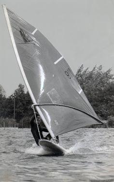 Niks wakeboarden of strandzeilen, kitesurfen en wat al niet meer. In de jaren 70 en 80 deed je als waterrat aan windsurfen. Gewoon netjes op een enorm lomp board met een enorm lomp zeil. Jongens wilden Robby Naish nadoen en meisjes waagden een poging, ook ik. Hoe vaak had ik de wind in de zeilen maar kwam niet meer terug omdat de wind omsloeg? En ploeteren daar op het water!  Maar geen nood; er was altijd wel een surfboy in de buurt die naar je toe kwam zwemmen en je plank terugsurfde. Met…