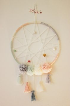 DIY: Attrape-Rêves Couleurs Pastell - Places Like Heaven Diy For Kids, Crafts For Kids, Diy And Crafts, Arts And Crafts, Diy Y Manualidades, Pom Pom Crafts, Ideas Hogar, Creation Deco, Diy Projects To Try