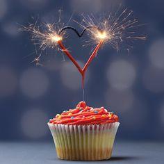 Wondercandle Herz in Rot als Tortendeko. Wunderkerze in Herzform als funkensprühende Deko für die Hochzeit.