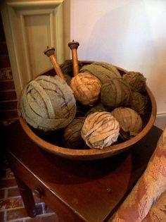Nice display of wool rag balls Primitive Antiques, Primitive Crafts, Country Primitive, Prim Decor, Country Decor, Rustic Decor, Country Living, Yarn Display, Bowl Fillers