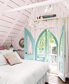 CHIC COASTAL LIVING: great vintage beach cottage.