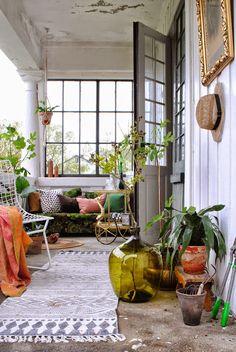 Pots colorés, tapis imprimés, coussins douillets, la terrasse couverte s'aménage comme une pièce d'intérieur