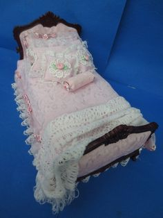 stunning MINIATURE DOLLHOUSE BESPAQ artisan/signed serena johnson dressed bed