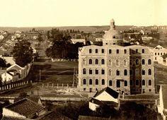 Edifício da UFPR em construção em 1912, com uma chácara ao fundo, onde hoje é o Teatro Guaíra. Fonte: Gazeta do Povo - Acervo Paulo José da Costa.