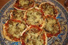 Recept voor vegetarische pita pizza. Snijd de pitabroodjes doormidden zodat je bodempjes krijgt. Besmeer met de pastasaus en beleg naar keuze. Bestrooi met zout, peper en Italiaanse kruiden en verdeel de kaas erover. Zet dan op 220 graden in de oven tot de kaas gesmolten is en de bodem gaar is. Pita Pizzas, Turkish Recipes, Vegetable Pizza, Quiche, Brunch, Snacks, Vegetables, Breakfast, Food