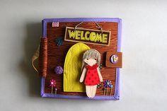 """Libro tranquila casa de muñecas con """"papel"""" de fieltro muñeca, Dollhouse viajes, Custom personalizada ocupado libro, páginas 4-12, hecho a la medida"""