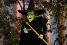 Villain - The Wicked Witch of the West (Margaret Hamilton) The Wizard of Oz Halloween Fashion, Diy Halloween Costumes, Halloween Ideas, Witch Costumes, Halloween Ornaments, Costume Ideas, George Clooney, Karaoke, Margaret Hamilton