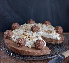 Hvis du liker Ferrero Rocher-sjokolade, vil du elske denne kaken! Den har en uimotståelig sjokolade- og nøttesmak og er flott å se på. Den trenger ikke steking og kan gjøres nesten helt ferdig i god tid før servering. Den er testbakt av– Stina Skjørtvedt fra Aurskog. Her ser dere hennes tilbakemelding: Nydelig og mektig kake …