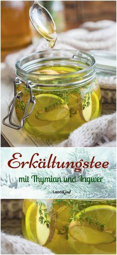 Kochendes Wasser mit Thymian und Ingwer, dazu Zitrone und Honig: So wird mit wenigen Zutaten ein wärmender Erkältungstee zubereitet, der zudem auch noch fein aromatisch schmeckt.