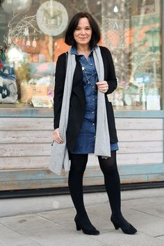 How to style a mini denim dress over 50 Styling Series Part 1 - Denim Shirt Dress - Ideas of Denim Shirt Dress - Another alternative for lovers of denim! Looks fun and stylish Fashion Looks, 50 Fashion, Autumn Fashion, Fashion Trends, Spring Fashion, Fashion Over Fifty, Fashion For Women Over 40, Denim Shirt Dress Outfit, Denim Outfits