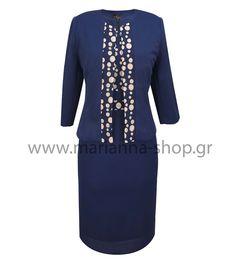 Σύνολο φόρεμα ζακετάκι. Το φόρεμα είναι σε ίσια γραμμή απο πικέ ύφασμα ελαφρά ελαστικό με χαμηλή λαιμόκοψη. Έχει κοντά μανίκια και δαντέλα στο πάνω μέρος. Στο μαύρο χρώμα η δαντέλα έχει ασημοκλωστή πολύ διακριτική. Κουμπώνει στην πλάτη με φερμουάρ. Το ζακετάκι είναι λαιμόκοψη, δεν κουμπώνει και έχει