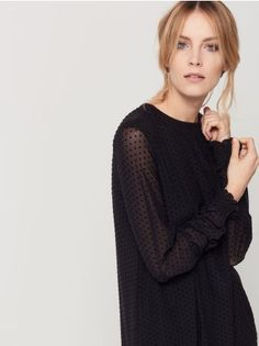 Mohito - Sukienka z tiulem w grochy Czarna sukienka o prostym fasonie. Długi, transparentny rękaw zakończony romantycznym ściągaczem z falbaną. Wykonana z warstwy miękkiego tiulu w groszki oraz miękkiej dżersejowej podszewki.<br /><br />Wzrost modelki: 180 cm<br />Modelka ze zdjęcia ma na sobie rozmiar: S