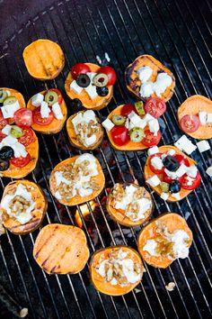 Süßkartoffelpizzen vom Grill - www.kuechenchaotin.de Pizza, Dinner For Two, Bruschetta, Dips, Bbq, Healthy Recipes, Healthy Food, Snacks, Breakfast