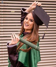 Graduation Picture Poses, College Graduation Pictures, Graduation Photoshoot, Graduation Photography, Foto Pose, Girl Photo Poses, Senior Girls, Senior Portraits, Photography Poses