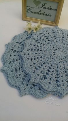 Gorgeous croche sousplats in baby blue color! for you that like to receive with refinement or to give. Game with 4 pieces. Each sousplat measures Note: I accept orders for game of 6 and 8 pieces in the color you wish. Crochet Mat, Crochet Dollies, Crochet Doily Patterns, Crochet Squares, Crochet Home, Crochet Designs, Crochet Flowers, Free Crochet, Crochet Decoration