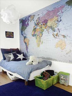 I sjuårige Victors rum täcker den stora världskartan, från Björklund  Wingqvist, en av väggarna.