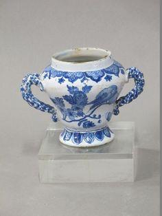 NEVERS. Vase sur piédouche à deux anses torsadées en faïence à décor feuillagé en camaïeu bleu. XVIIIème siècle. Hauteur : 11,5cm. Manque le couvercle.