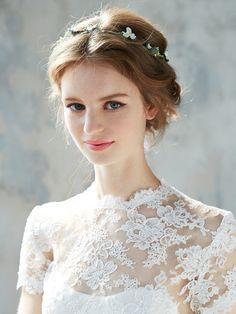 抜け感のあるアップヘアに、小花があしらわれた可憐な花冠をオン。繊細なレースが美しいドレスが、花嫁の上品な輝きを引き立てて。  ■お問い合わせ...