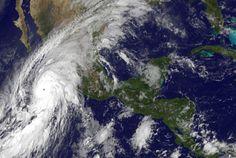Los habitantes de Jalisco, Colima y Nayarit toman precauciones ante el peor huracán de su historia