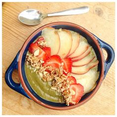 Beaut green nice cream this morning made with #bioglan superfoods topped with strawbs, rawnola, chopped almonds and white peaches from #boroughmarket #breakfastinspo #breakfast #paleo #vegan #smoothiebowl #smoothieinspo #smoothieaddict #greensmoothie #peachqueen #dairyfreebreakfast #lactosefree #cleaneating #detoxfood #nutritionmatters #healthbowl #healthybreakfast #rawnola