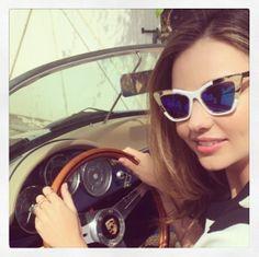 Miranda Kerr au volant d'une voiture de collection http://www.vogue.fr/mode/mannequins/diaporama/la-semaine-des-tops-sur-instagram-26/18611/image/997795
