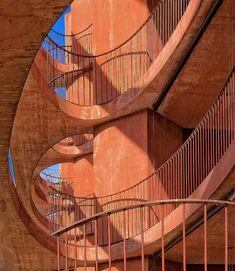 Überbauung Zug-Schleife, Schweiz von Valerio Olgiati: rot eingefärbter Sichtbeton,